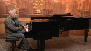 Alan Menken tocando el piano