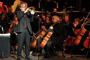 Tocando la trompeta en concierto
