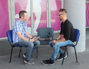 Gorka Oteiza entrevistando a Brian Tyler