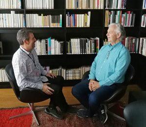Gorka Oteiza entrevistando a Bruce Broughton