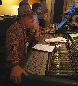 Christopher Young controlando la sesión de grabación