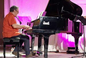Carles Cases diu Llach - L'Eliana - Carles Cases al piano