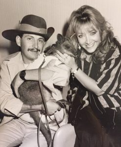Doreen Ringer-Ross con Skippy the Wallaby y su entrenador mientras trabajaba en un show de TV llamado 'Pet Peeves'