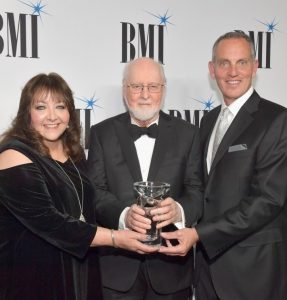 BMI - Doreen Ringer-Ross, John Williams recibiendo el premio BMI 2018, y el presidente y CEO de BMI, Mike O'Neill